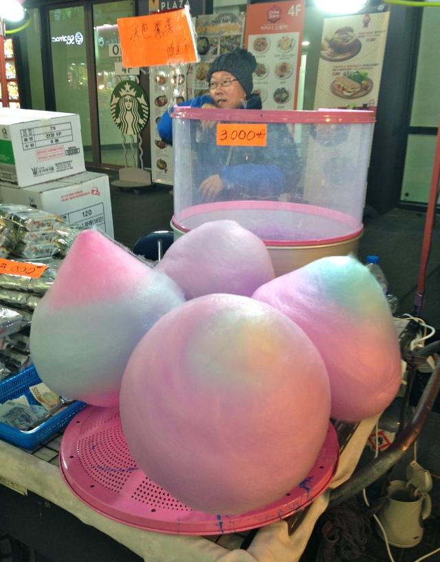 很可愛的棉花糖,但我絕不會吃,太多糖、人造香料和色素吧! Lovely cotton candy ~ made with sugar, artificial flavoring and coloring…..NOT for me!
